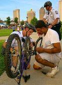自行车的警察 — 图库照片