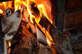 Alevlerin üstünde odun sobası kapatın — Stok fotoğraf