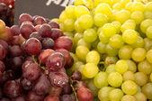 Sluiten van druiven groen en paars — Stockfoto