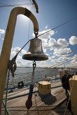 Bronzový zvonek na vysoké lodi — Stock fotografie