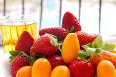 Strawberry and fortunella (kinkan pr kumquat) — Stock Photo