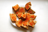 Red caviar on a gray bread — Stockfoto