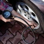 タイヤの圧力チェック — ストック写真