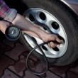 Foto Stock: Tire pressure check