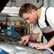 Foto Stock: Auto mechanic fixes car