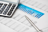 Dane finansowe, kalkulator i pióra — Zdjęcie stockowe