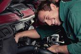 メカニックが車のサービスに自動修正します。 — ストック写真