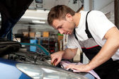 Auto mechanic fixes a car — Stock Photo