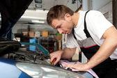 Mecânico de auto corrige um carro — Foto Stock