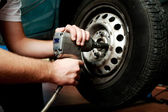 Changing wheel on car — Stockfoto