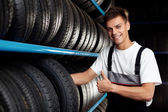 Auto mechanic recommend tire. Thumbs up — Stock Photo