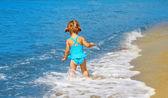 маленькая девочка на море — Стоковое фото