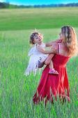 En ung mor med sin dotter på natur — Stockfoto