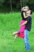 Um jovem casal apaixonado ao ar livre — Fotografia Stock