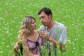 Par i kärlek på fältet — Stockfoto