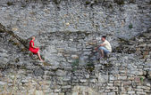 Ett ungt par på ruinerna — Stockfoto
