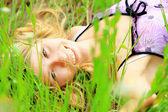 žena v přírodě — Stock fotografie