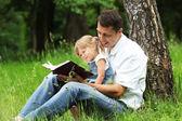 Vader en dochter lezen van de bijbel — Stockfoto