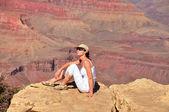 Belle femme au grand canyon — Photo
