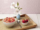 Fragole e cereali da prima colazione — Foto Stock