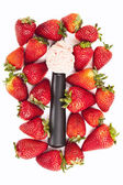 Strawberry ice cream scoop and strawberries — Foto de Stock