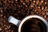 Kaffeetasse mit kaffeebohnen — Stockfoto