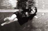 Onder watergirl zwart-wit — Stockfoto