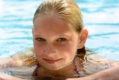 Grilportrait в schwimmingpool — Стоковое фото