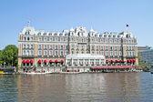 средневековые здания на берегу реки амстел в амстердаме, нидерланды — Стоковое фото
