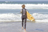 Young surfer is going to surf — 图库照片