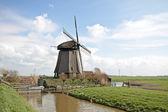 Molino de viento tradicional en paisaje holandés en los países bajos — Foto de Stock