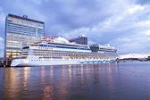 Crucero en barco en el puerto de amsterdam en los países bajos — Foto de Stock
