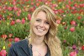 Dutch woman between de flower fields in the Netherlands — Stock Photo