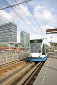 Tranvía de conducción en amsterdam holanda — Foto de Stock