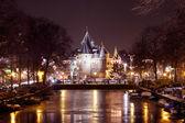 Stadsutsikt från amsterdam på natten i Nederländerna — Stockfoto