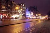 Vita di strada di notte ad amsterdam nei paesi bassi a natale — Foto Stock