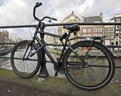 Negro en bicicleta encadenado en el puente — Foto de Stock