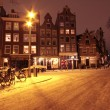 Cityscenic from Amsterdam covered with snow in the Netherlands at night — Foto Stock