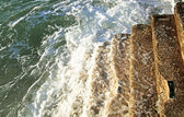 从天然石材到海洋的楼梯 — 图库照片
