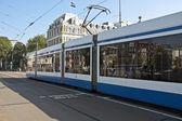 オランダのアムステルダム市内の路面電車します。 — ストック写真