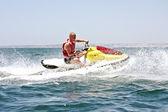 Genç adam bir jet ski üzerinde atlantik okyanusu üzerinde seyir — Stok fotoğraf