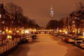 Amsterdam s westerkerk v noci v zimě v Nizozemsku — Stock fotografie