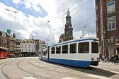 Guida del tram di fronte alla torre munt ad amsterdam il netherl — Foto Stock