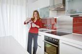 在现代厨房中的女人 — 图库照片