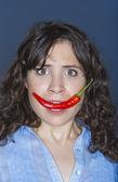 女人在她的嘴里举行红辣椒 — 图库照片