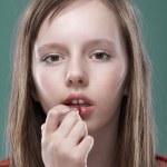 flicka sätta på smink — Stockfoto
