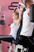 Mujer en gimnasio — Foto de Stock