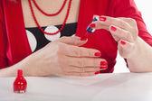 Vrouw schilderij nagels — Stockfoto