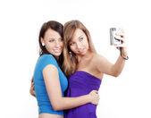 Mujeres jóvenes tomando foto — Foto de Stock