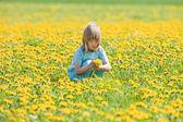 çocuk malzeme çekme dandelions — Stok fotoğraf